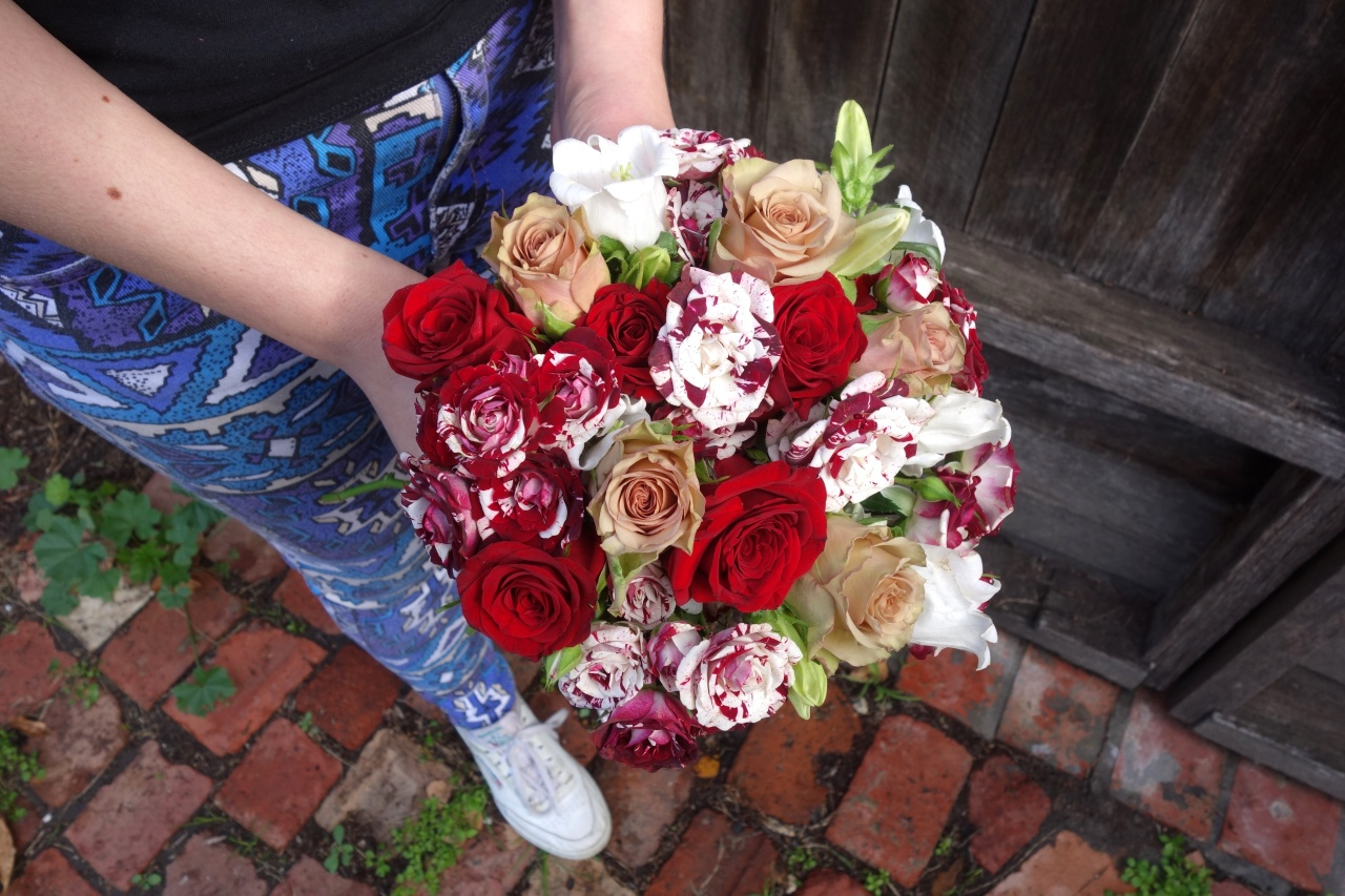Red and white hypnose and floribunda posy
