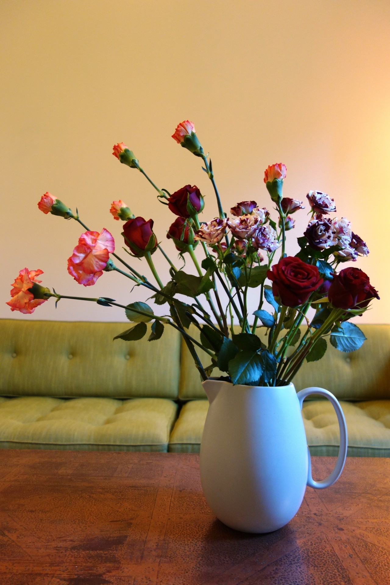 Cascading arrangement of roses and lisianthus